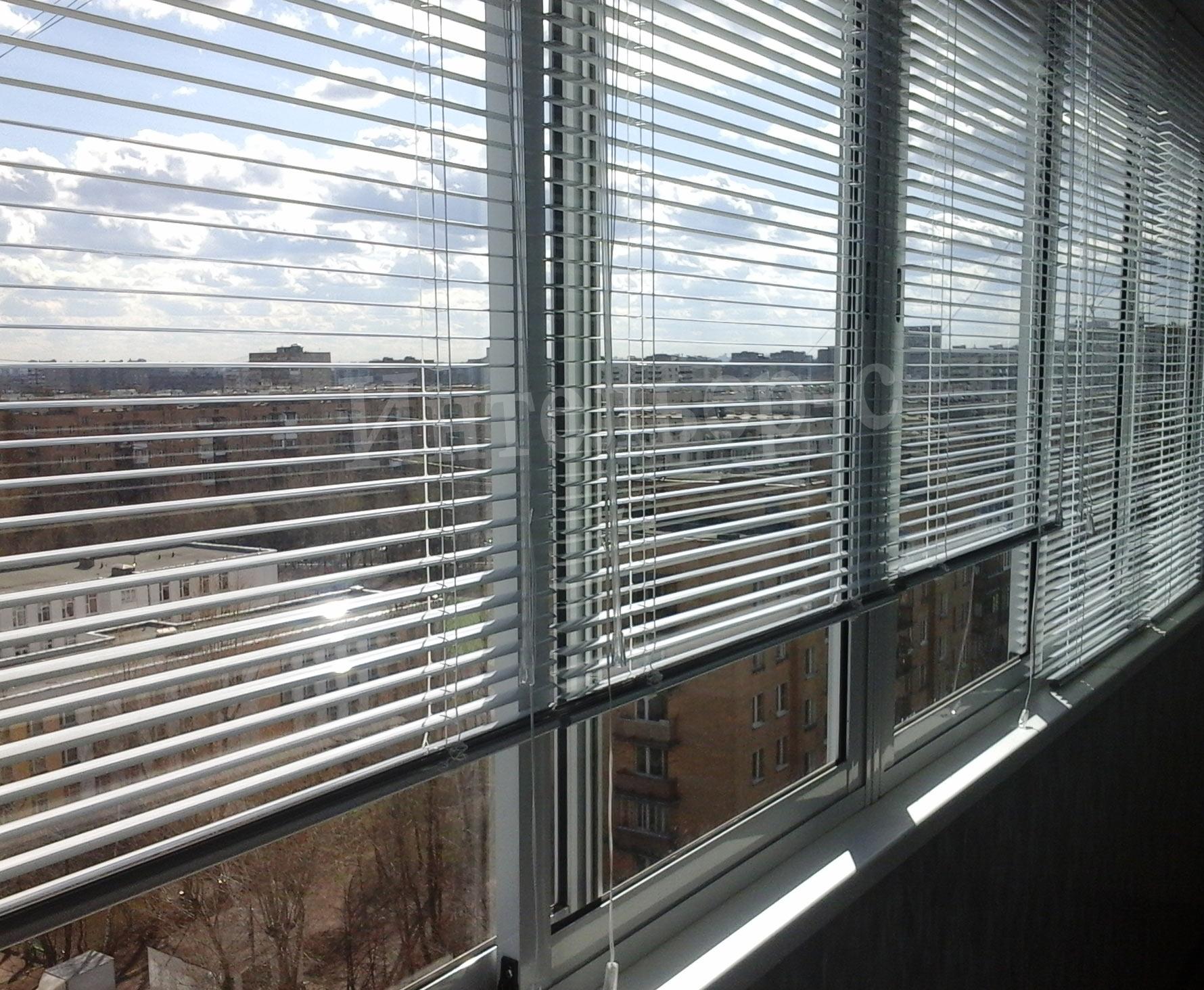 Горизонтальные алюминиевые жалюзи для балкона и лоджии - защищают от Солнца, компактны, надежны.